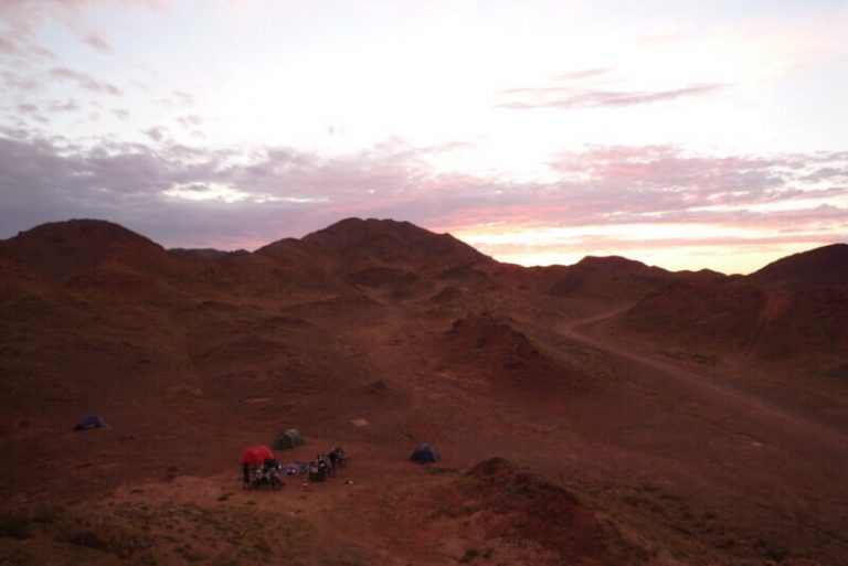 Day 47 …so we camp in the shade of some rocks on a bit of green under a beautiful sunset, it was perfectly acceptable but knowing there was a big orange canyon 300 feet down that track was a bit frustrating.